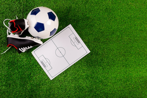 Composición de fútbol con tabla de táctica