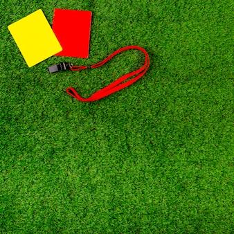 Composición de fútbol con tarjetas amarilla y roja
