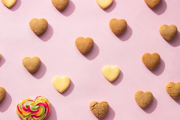 Composición con galletas en forma de corazón.