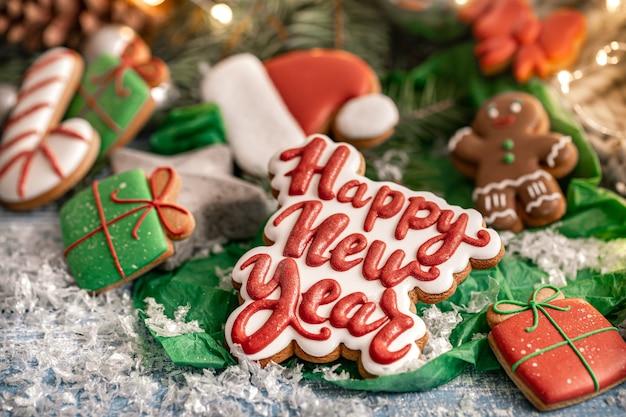 Composición con galletas de jengibre glaseadas de navidad brillantes con bokeh. elabora galletas de deberes para navidad.