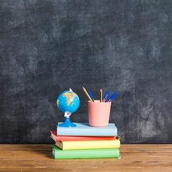 Composición del globo terráqueo en libros multicolores