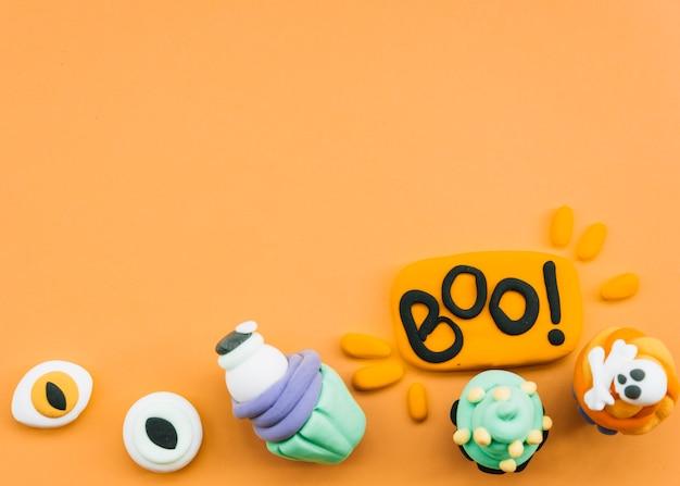 Composición de halloween con figuras de plastilina