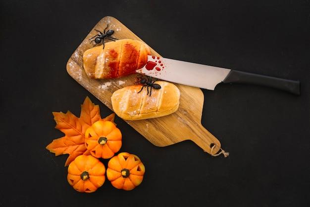 Composición de halloween con pan y sangre