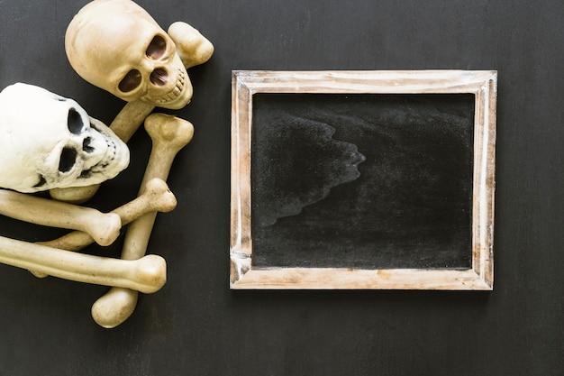 Composición de halloween con pizarra