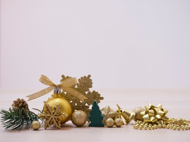 Composición de la hermosa decoración navideña sobre fondo de madera. espacio para texto