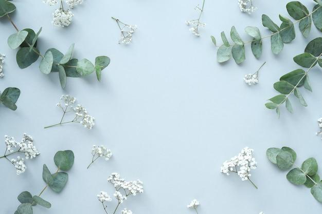 Composición con hermosas flores y hojas.