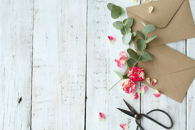 Composición con hermosas flores y sobres.