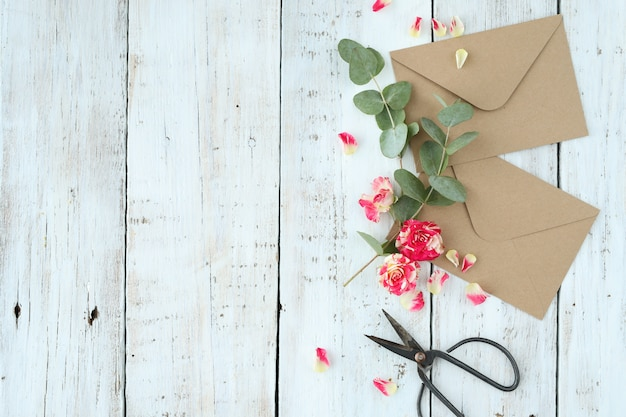 Composición con hermosas flores y sobres. Foto gratis
