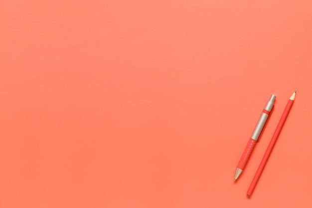 Composición de herramientas de papelería en color rojo.