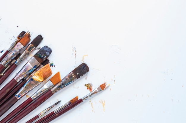 Composición de herramientas de papelería desordenado para el dibujo.