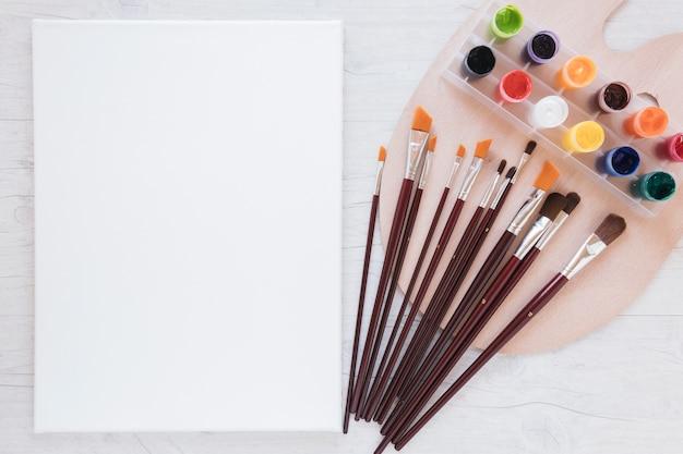 Composición de herramientas de papelería para dibujo y papel.