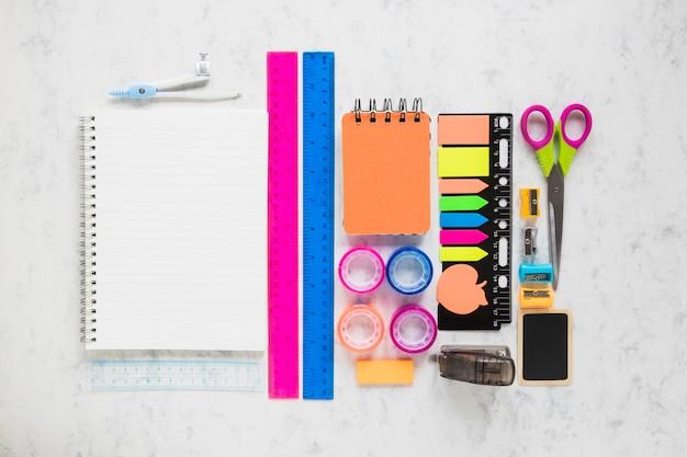 Composición de herramientas de papelería para la educación escolar.