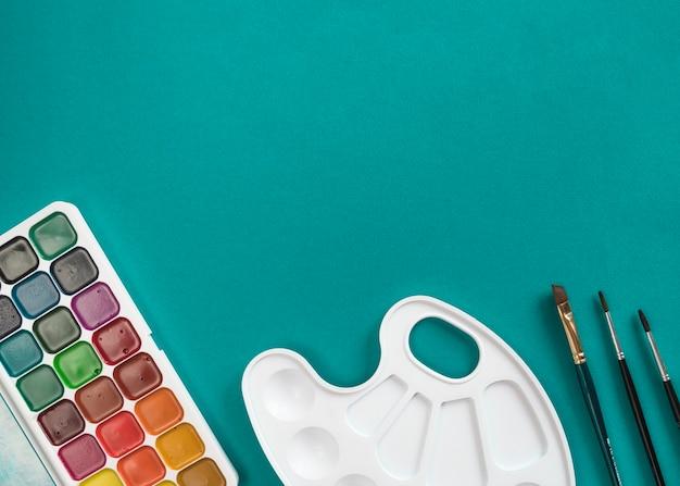 Composición de herramientas de papelería preparadas para pintar.