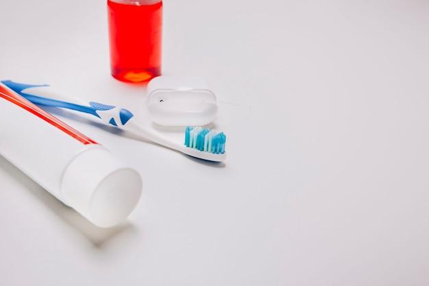 Composición de higiene con espacio a la derecha
