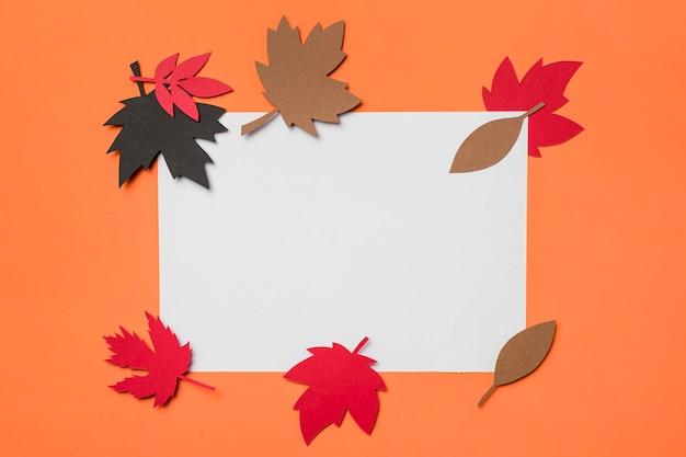 Composición de hojas de otoño de papel en tarjeta blanca