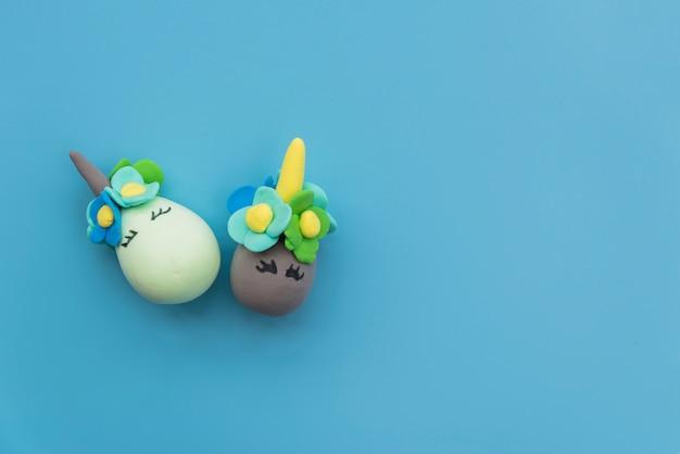 Composición de huevos con caras divertidas.