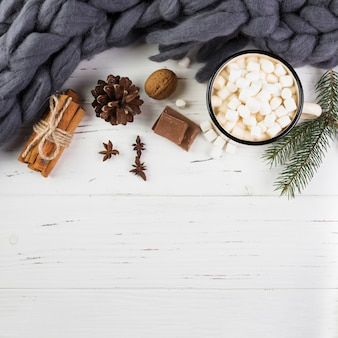 Composición de invierno con chocolate caliente en mesa de madera