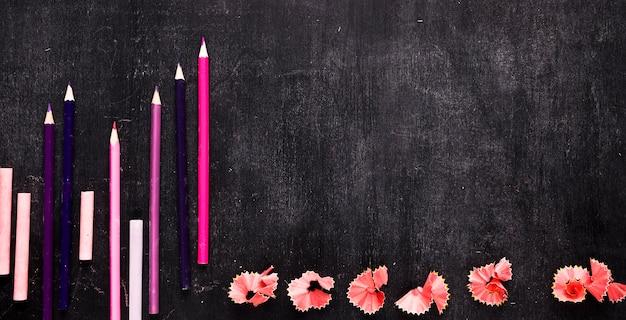 Composición con juego de escuela para dibujar en escritorio.