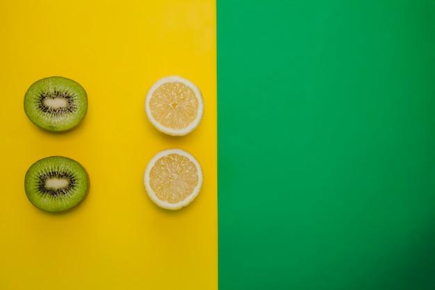 Composición de kiwi y limón con espacio para copiar derecho