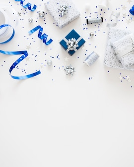 Composición laica plana de regalos envueltos festivos con espacio de copia
