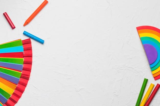 Composición de lápices y abanico en colores lgbt.