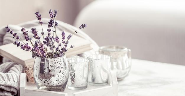 Composición con lavanda en un vaso