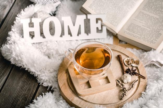 Composición con letras de madera y una taza de té.