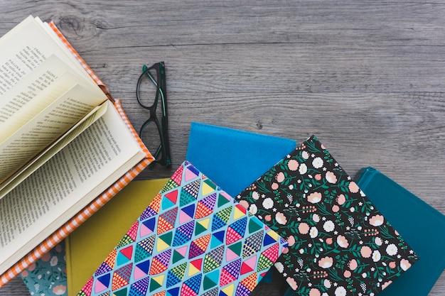 Composición con libros y gafas