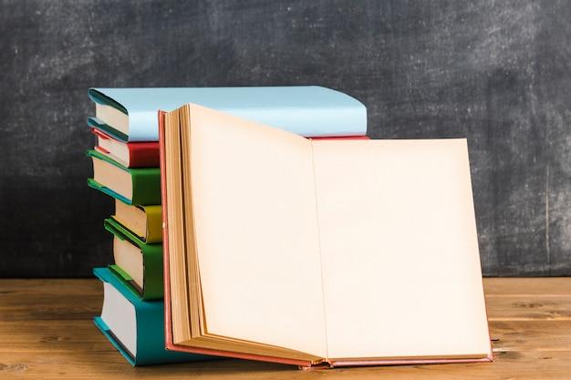 Composición de libros multicolores.