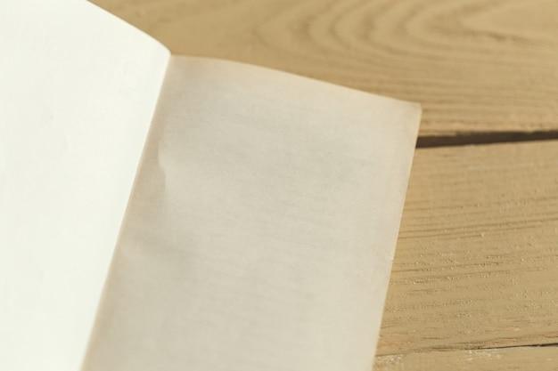 Composición con libros sobre la mesa.