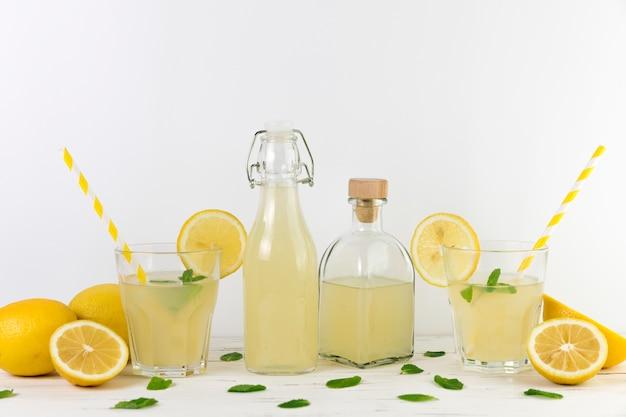 Composición de limonada casera fresca.