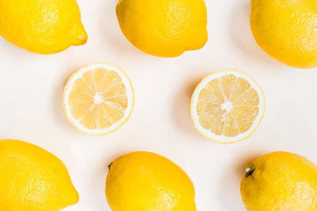Composición de limones amarillos sobre fondo blanco