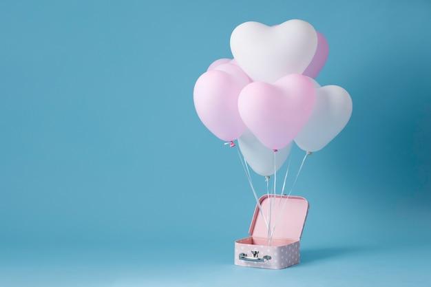 Composición con lindos globos de corazón en una caja