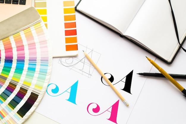 Composición de logotipos de diseño gráfico con herramientas y esquemas de color.