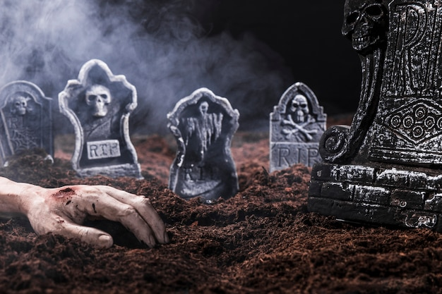 Composición con mano muerta y lápidas