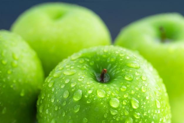 Composición de manzanas verdes con gota de agua