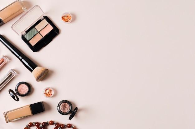 Composición de maquillaje cosmética para corrección facial cutánea.