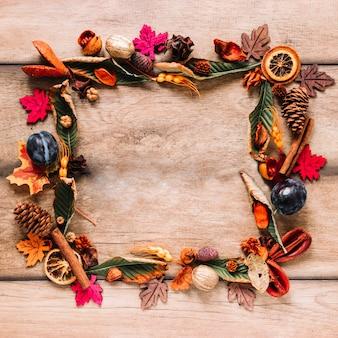 Composición de marco colorido otoño sobre fondo de madera
