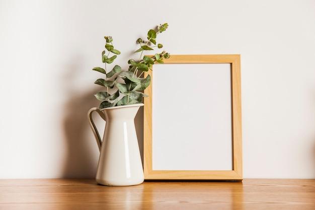 Composición con marco y planta