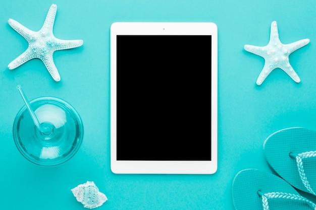 Composición marina azul con tableta