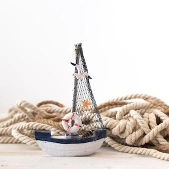 Composición marina con pequeña barca de vela