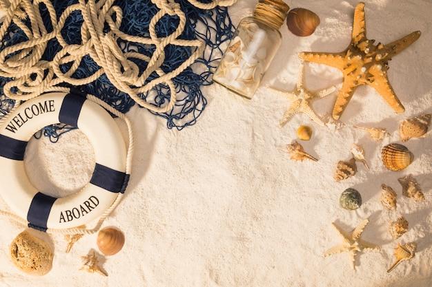 Composición marina sobre arena