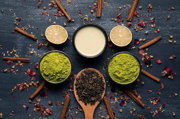 Composición de matcha de té de asia junto a palitos de canela