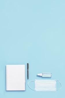 Composición con material de oficina para la escuela y equipos de protección personal.