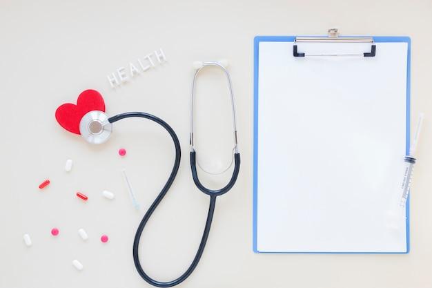 Composición médica flat lay con plantilla de portapapeles