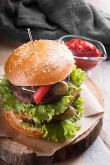 Composición de menú de hamburguesa sabrosa de alto ángulo