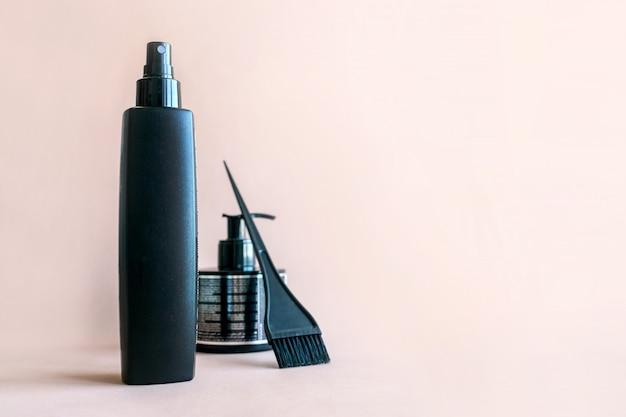 Composición mínima con herramientas de salón de pelo negro