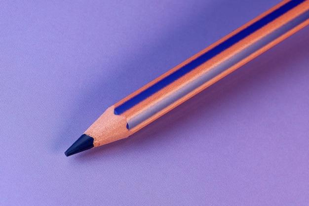 Composición minimalista lápiz púrpura sobre fondo púrpura macro abstracta