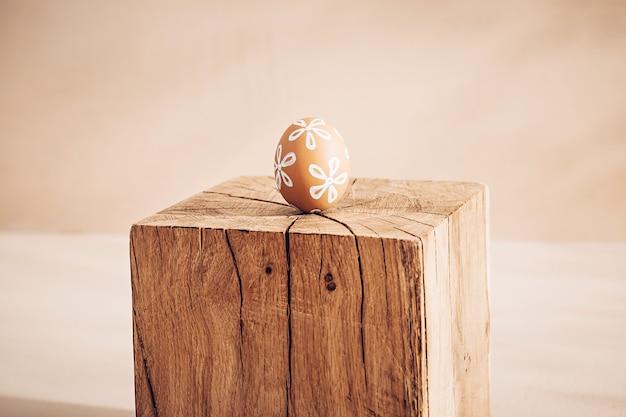Composición minimalista monocromática de pascua en cálidos tonos pastel primaverales.