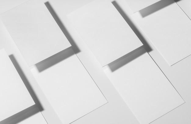 Composición minimalista de tarjetas de visita en blanco.